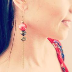 Boucles d'oreille rouges, forme lanternes, perles de céramique et breloques asiatiques. : Boucles d'oreille par mes-tites-lilis