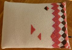 Knitted triangel pillow