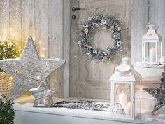 Na vchodové dveře zavěsíme věnec. Nebojíme se investovat do luceren nebo velkých dřevěných a proutěných dekorací, které oživíme světelnými řetězy.