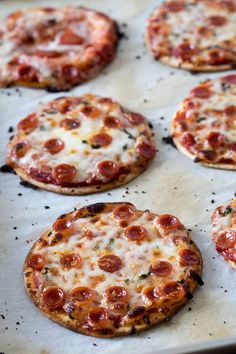 This Easy Mini Pizza Recipe is a perfect back to school snack. This quick, easy mini pizza snack is the perfect way to fuel your kids until dinner. Mini Pizza Recipes, Pizza Snacks, Pizza Food, Fuel Pizza, Mini Pizzas, Kids Pizza, Good Pizza, Tortilla Pizza, Taco Pizza