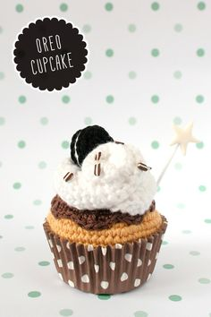 Crochet Cupcake de galleta Oreo / kawaii amigurumi via I am a mess