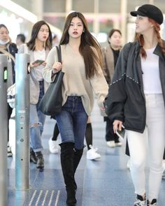 The Effective Pictures We Offer You About airport outfits celebrity A quality picture can tell you m Fashion Idol, Korean Girl Fashion, Blackpink Fashion, Korean Street Fashion, Kpop Fashion Outfits, Korean Outfits, Asian Fashion, Fashion Looks, Korean Airport Fashion Women