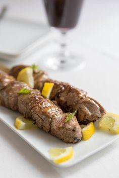 De délicieuses brochettes d'agneau marinées au citron et grillées au barbecue, de quoi satisfaire toutes les envies de viandes grillées ! Une idée recette pour varier des traditionnelles brochettes de bœuf ou poulet au citron !