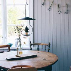Hemma hos bloggaren och stylisten Emma Sundh på Gotland Simple Interior, Interior Styling, Interior Design, Scandi Home, Scandinavian Interior, Open House Plans, Décor Antique, Cabins And Cottages, Farmhouse Table
