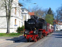 """Die Schmalspurbahn """"Molli"""" faehrt von Bad Doberan über Heiligendamm nach Kuehlungsborn."""