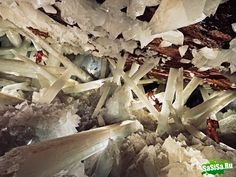 Мексика, Пещера Гигантских Кристаллов находится в мексиканской пустыне Чиуауа (Chihuahuan) на глубине 300 метров и является естественным скоплением гигантских кристаллов.
