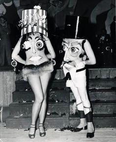 Pas si sûr que les déguisements d'Halloween aient vraiment profité du progrès. Il y en a bien qui se démarquent en étant particulièrement effrayants ou ingénieux, mais en voyant ces photos en noir et