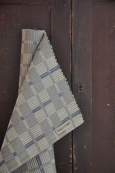 LOPPBERGA : Tokig i trasmattor på Loppberga - blog om en väverskas vardag, inspiration och mattor Loom Weaving, Hand Weaving, Weaving Textiles, Weaving Projects, Knit Or Crochet, Geometric Designs, Woven Rug, Handmade Rugs, Needlepoint