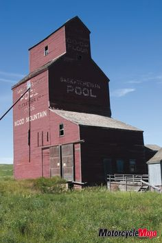 Grain Storage, Saskatchewan Canada, Barn Pictures, Country Barns, Water Mill, Canadian History, Old Buildings, Alberta Canada, Small Towns