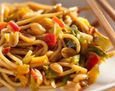 Nouilles asiatiques épicées aux légumes et aux cacahuètes : http://www.fourchette-et-bikini.fr/recettes/recettes-minceur/nouilles-asiatiques-epicees-aux-legumes-et-aux-cacahuetes.html