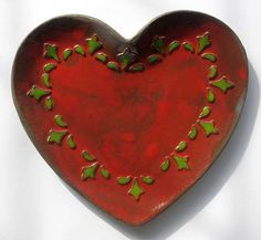 serce czerwone z zielonym ornamentem, wymiary: 19,5/19 cm w najszerszym miejscu, głębokość 1,5 cm, może służyć jako ozdoba bądź talerz/miseczka, można myć w zmywarce, idealne na prezent...
