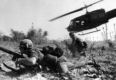 1975 Finisce la guerra in Vietnam: uno dei conflitti più sanguinosi del Novecento, che avrebbe lasciato sul terreno i corpi straziati di milioni di innocenti e di giovani soldati mandati a morire senza un perché.