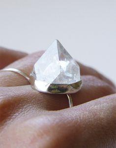 SALE Pyramid Crystal Quartz Ring por friedasophie en Etsy