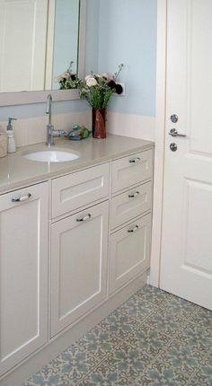 בלטות רוחמה שרון Interior Styling, Interior Decorating, Bathroom Toilets, Bathrooms, Childrens Bathroom, Bathroom Cabinets, Tile Design, Double Vanity, Tile Floor