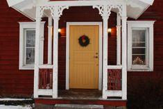 Yellow door! Balkong/uteplats - Sjutstorp, Österlen Scandinavian Front Doors, Scandinavian Home, Circa Houses, Voyage Suede, Stockholm, Porch Veranda, Yellow Doors, Entry Hallway, Swedish Design