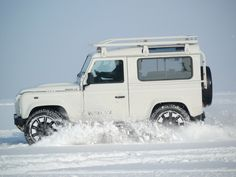 """The """"Snow Limited Edition"""" Land Rover Wagons are absolutely beautiful! Land Defender, Best 4x4, Expedition Vehicle, Mode Of Transport, Four Wheel Drive, Range Rover, Land Cruiser, Offroad, Dream Cars"""
