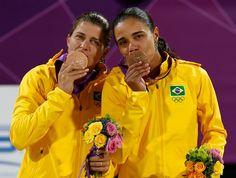 Juliana e Larissa medalha de bronze vôlei de praia Olimpíadas 2012 (Foto: Reuters)