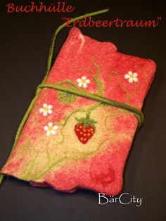 Filzatelier BärCity - Buchhülle A5 Erdbeertraum Wet Felting, Needle Felting, Starting School, Pincushions, Felt Art, Handmade Bags, Coin Purse, Christmas Ornaments, Holiday Decor