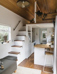 How this stylish tiny home on Waiheke maximises function for a family of 3 This creative couple have downsized in a bid to simplify their busy lives – and prepare for a new arrival. See inside their stylish tiny home here Tiny House Loft, Modern Tiny House, Tiny House Plans, Tiny House Design, Tiny House On Wheels, Tiny House 3 Bedroom, Tiny House Family, Tiny House Luxury, Small Tiny House