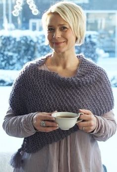Det lille ponchosjal luner dejligt om skuldrene, det er nemt at strikke og koster kun 40 kr. i materialer