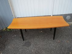 Tyylikkään mallinen 60-luvun sohvapöytä, tukeva ja ehjä, pöytätasossa on jonkin verran lakkauksessa kulumaa ja muutama pintahalkeama.  Leveys 130 cm, syvyys 45 cm, korkeus 43 cm. MYYTY.