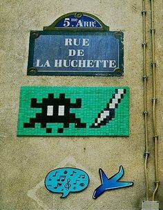 La rue de la Huchette, son Space Invader et... le reste (Paris 5ème).