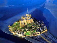 El Monte Saint-Michel es una isla rocosa situada en la desembocadura del río Couesnon, en Francia. En la isla fue construido un santuario en honor del arcángel Saint Michel (San Miguel). La arquitectura prodigiosa del monte Saint-Michel y su bahía lo hacen el sitio turístico más concurrido de Normandía y uno de los destinos de viaje más concurridos de Francia con unos 3.200.000 visitantes cada año.