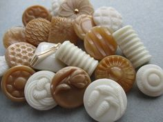 VINTAGE GLASS BUTTONS CARAMEL & CREAM FLOWERS PINE CONES TEXTURED 20 pcs. noelhumphrey on eBay.co.uk