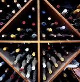 Hay una razón que el vino ha estado almacenado en las cuevas del vino y las bodegas subterráneas durante cientos de años - las condiciones ideales de almacenamiento puede ser consistentemente cumplen los requisitos: fresco, ambientes oscuros, húmedos y en silencio.