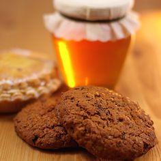 Για επιδόρπιο, σνακ, πρωινό, τα λαχταριστά μπισκότα με μέλι φτιάχνονται με Βιολογικό βούτυρο Χωριό. Greek Dishes, Cookies, Biscuits, Muffins, Sweet Home, Breakfast, Cake, Diabetes, Desserts