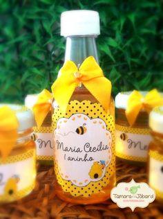 Garrafinha+Pet+50+ml+decorada+com+rotuol+e+laço!!++Não+acompanha+recheio+Pode+ser+feito+em+qualquer+tema! R$ 2,99 1st Birthday Parties, Girl Birthday, Bumble Bee Honey, Mommy To Bee, Bee Creative, Bee Party, Bee Theme, Baby Shower Themes, Party Time