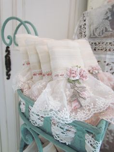 Shabby Vintage Look Shabby Chic House Decor Baños Shabby Chic, Shabby Chic Crafts, Shabby Cottage, Shabby Chic Homes, Shabby Chic Style, Cottage Chic, Manualidades Shabby Chic, Linens And Lace, Pillows
