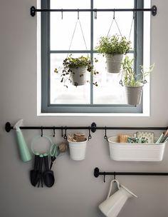 Si vous aimez le jardinage, céez un coin dédié à cette activité en fixant des barres de support en travers de la fenêtre et en dessous. Ici, nous avons utilisé des égouttoirs à couverts comme pots. Variez les hauteurs et attachez-les avec de la ficelle. Rangez vos outils dans un range-épices fixé à