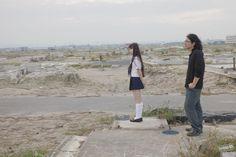 [백은하의 paper100] 벌써 1년 혹은 지옥에서의 1년 http://paper100.khan.kr/17 2011년 3월11일. 일본 동북지역 해저에서 규모 9에 육박하는 지진이 발생했다. 20m 이상의 쓰나미가 마을과 사람들을 흔적도 없이 삼켜버렸다. 1만5844명이 사망하고 3468명이 실종됐다. 그리고 이틀 뒤, 후쿠시마 제1원전에서 폭발이 일어났다. 원자로의 핵연료봉이 녹아내리는 '멜트 다운'이 진행되었고 엄청난 양의 방사능이 유출되기 시작했다. 2호, 3호, 4호…. 며칠 사이 한 나라가 감당하기 힘든 재앙이 도미노처럼 계속 이어졌다. 그리고 그날 이후 1년이 흘렀다.