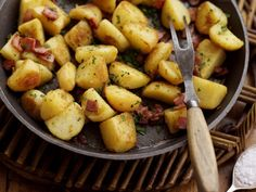 Ricetta patate croccanti in padella: ecco come cucinare le patate in padella croccanti, la ricetta, gli ingredienti e il tempo di cottura.