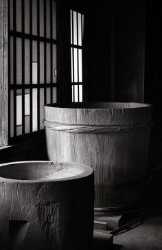 Japan - Traditional wooden barrel and wooden mochi usu Japan Design, Japanese Culture, Japanese Art, Japanese Things, Black White Photos, Black And White Photography, Tattoo Tradicional, Traditional Japanese House, Art Nouveau