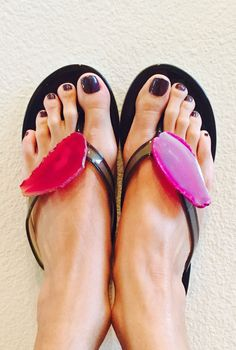 Agate flip flops...our newest obsession #lvcr8 $145