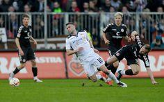 Berlins Dennis Daube (M) setzt sich gegen St. Paulis Bernd Nehrig (r) durch.