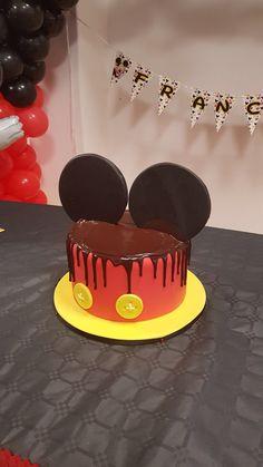 Torta di compleanno a tema Mickey Mouse. Le orecchie di Topolino sulla birthday cake sono il pezzo forte. www.luciasaltalamacchia.it #pasticciandopartyplanner