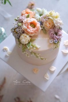 Purple Wedding Cakes, Wedding Cakes With Flowers, Gold Wedding, Cake Wedding, Floral Wedding, Birthday Cake With Flowers, Easy Cake Decorating, Cake Decorating Techniques, Pretty Cakes