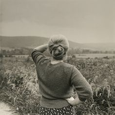 love dis outfit  mpdrolet:    Woman Looking into Hillside, 1989  Frank Paulin