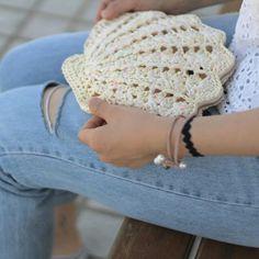 Diy Crochet Bag, Crochet Clutch Bags, Loom Crochet, Bikini Crochet, Crochet Fabric, Crochet Diagram, Tapestry Crochet, Crochet Purses, Crochet Crafts