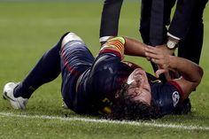 Cayó sobre su codo tras saltar para rematar de cabeza un córner, así Puyol se luxó el codo en el duelo ante Benfica.(Foto: EFE)