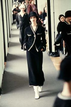 Chanel (p-à-p A-H The Chanel's show in march 1998 was in news Christie's office, in Paris). Chanel Outfit, Chanel Dress, Chanel Fashion, Couture Fashion, Chanel Runway, Chanel Couture, Fashion 2020, Runway Fashion, Womens Fashion