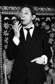 Serge Gainsbourg en costume rayé, rue de Verneuil (Paris), septembre 1980. Photo: Xavier Martin #icone #mode #musique #rock #style #menstyle #dandy #chic #sergegainsbourg #1980 #80s