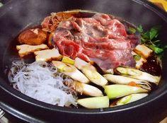 【nanapi】 市販のタレで食べるすき焼きとは、ひと味もふた味も違う、本格割り下の美味しいすきやきです。素朴だけども深い味わいのわりしたに、お肉の桜色を浮かべて、ほんのりと脂がとろけだした頃合に、溶き玉子にさっとくぐらせる……。嗚呼、これぞ日本の家庭の幸せの味。肉の旨味が染み込んだ旬の野菜、溶...