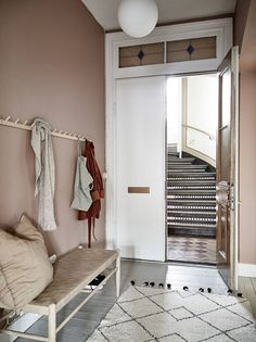 Dit appartement heeft een roze gang – en nu willen wij het ook This apartment has a pink hallway – and now we want it too – room Pink Hallway, Entry Hallway, Entryway, Hallway Ideas, Modern Hallway, Hallway Inspiration, Interior Inspiration, Casa Milano, Small Entrance
