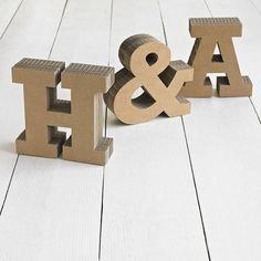 Letras corpóreas en cartón para nombres, logotipos. Iniciales tipografía en material reciclado