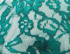 RENDA 10RS592. Renda mista de poliamida e viscose, possui toque agradável, extremamente leve e com muita fluidez. Ideal para modelagens amplas e soltinhas. Sugestão para confeccionar: Vestidos, saias, camisas. Blusas, batas, entre outros.