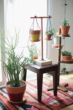 Lately I have been feeding a visual obsession that makes me think very positively about having just moved in my boyfriend's small appartment. I realised the one thing I immediately missed when making this move was the green element. But how can you inject a bit of that in a place with no garden or even a balcony? So I started looking for solutions to bring plants into our appartment life. Then I found out about hanging planters. A revelation. These plant installations that can be added in…